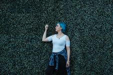 Free Woman Raising Her Right Arm Royalty Free Stock Photos - 135955378