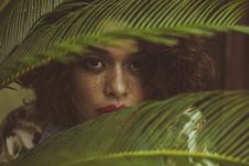 Free Woman Hiding Behind Leaves Stock Images - 135955684