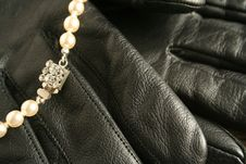 Free Pearls Over Black Gloves Royalty Free Stock Images - 1363279