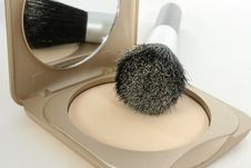 Free Powder Compact And Brush Royalty Free Stock Photography - 1363697