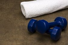 Free White Towel And Blue Dumbbells Royalty Free Stock Photography - 13608507