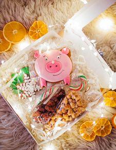 Free Food Packs Near Sliced Orange Fruits Stock Images - 136045154