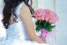 Free Woman Holding Pink Rose Bouquet Stock Image - 136045521