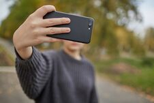 Free The Girl Takes A Selfie With Smartphone Royalty Free Stock Photography - 136092977