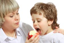 Free Woman And Boy Eating Apple Royalty Free Stock Photography - 13610557