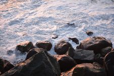 Free Sea Waves Crashing On Rocks Royalty Free Stock Photo - 136157155