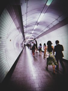 Free Group Of People Walking Down The Train Hallway Royalty Free Stock Photos - 136157178