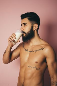Free Topless Man Holding Drinking Glass Royalty Free Stock Images - 136157349