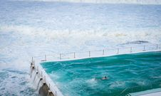Free Person Swimming On Pool Beside Ocean Royalty Free Stock Photography - 136157357