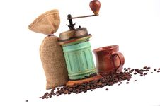 Free Vintage Coffee Grinder And Coffee Beans Royalty Free Stock Images - 13622999