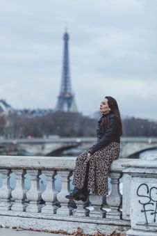 Free Selective Focus Photography Of Woman Sitting On Concrete Baluster Royalty Free Stock Photos - 136260388