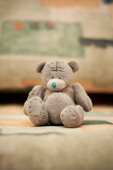 Free Toy Teddy Bear Sits On The Couch Stock Photos - 13636353