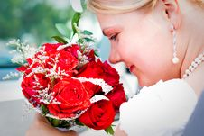 Free Beautiful Bride With Bouquet Smiling Royalty Free Stock Images - 13643199