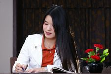Free Office Woman Writing Royalty Free Stock Images - 13645079