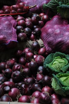 Free Red Onions And Cabbages At Market Stall Stock Images - 13647934