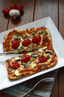 Free Cutted Vegetarian Pizza Royalty Free Stock Photos - 13648048