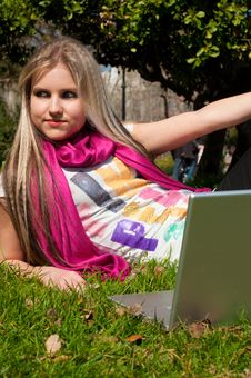 Free A Blond Girl With A Laptop Stock Photo - 13648970