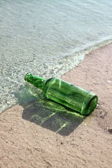 Free Green Glass Bottle In A Sea Wave Royalty Free Stock Images - 13658589