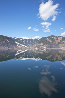 Free Reflections On A Mountain Lake Royalty Free Stock Photos - 13675408