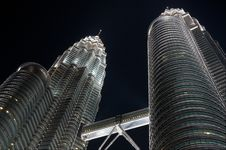 Free Petronas Twin Towers By Night Royalty Free Stock Image - 13692776