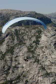 Free Paragliding Over Mountains Royalty Free Stock Photography - 1378267