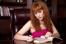 Free Attractive Woman Studying Royalty Free Stock Images - 13735599