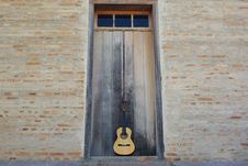 Free Lonely Guitar Stock Photography - 13764522