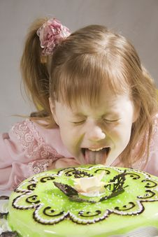 Free Girl Is Eating Pie Royalty Free Stock Photography - 13779037
