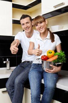 Free Smiling Couple On Kitchen Royalty Free Stock Photos - 13798808