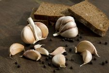 Free Garlic With Brown Bread Royalty Free Stock Images - 13802679