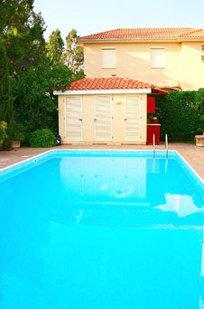 Free House And Swimming Pool Royalty Free Stock Image - 13813996