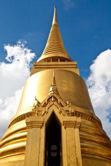Free Wat Pra Kaeo Front Golden Pagoda Stock Photography - 13817602
