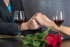 Free Modern Couple Hands On Restaurant Table With Two Glasses Of Red Wine And Roses Royalty Free Stock Photo - 138236525