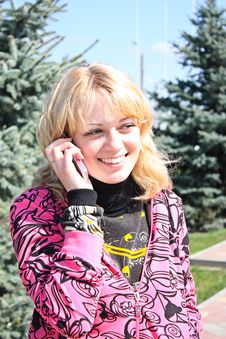 Free Young Girls Call By Phone In A Park Royalty Free Stock Images - 13833589