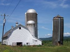 Free Vermont Barn With Three Silos Royalty Free Stock Photos - 13843248