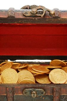 Free Wooden Casket Full Of Coins Royalty Free Stock Images - 13864509