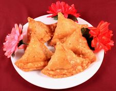Free Samosas In Plate Royalty Free Stock Photography - 13868647