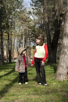Free Little Boy And A Girl Looking At Each Other Royalty Free Stock Photo - 13875575