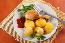 Free Roasted Chicken Leg With Potatoes Stock Image - 13881781