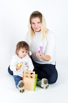 Free Mother And  Daughter Playing With Puzzle Cube Royalty Free Stock Photography - 13889987