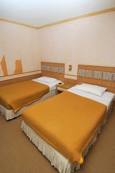 Free Twin Beds In Modern Hotel Room Royalty Free Stock Images - 13921359