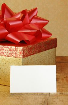 Free Present With Red Bow And Blank Gift Card Royalty Free Stock Photography - 13948177