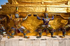 Free Golden Guards Are Holding The Chedi Royalty Free Stock Images - 13951389