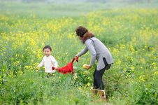 Free Mother And Son Play Outdoor Royalty Free Stock Photography - 13975527