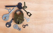 Free Old Padlock And Keys On Wood Royalty Free Stock Image - 14020526