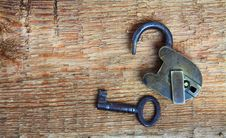 Free Old Padlock And Key On Wood Royalty Free Stock Photography - 14020957