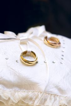 Free Gold Wedding Rings Royalty Free Stock Photo - 14051065