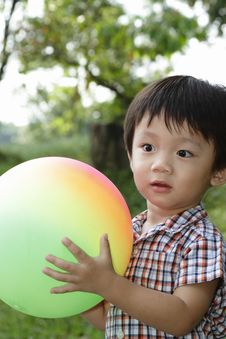 Free Cute Asian Boy Holding A Ball Royalty Free Stock Images - 14066099