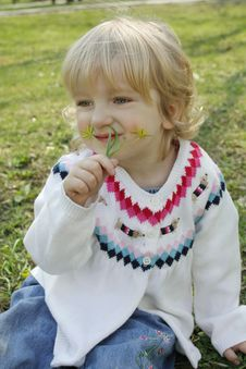 Free The Little Girl Sniffing Flowers Royalty Free Stock Photo - 14071155