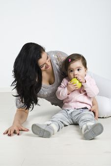 Free Toddler  Bite A Green Apple Stock Image - 14090291